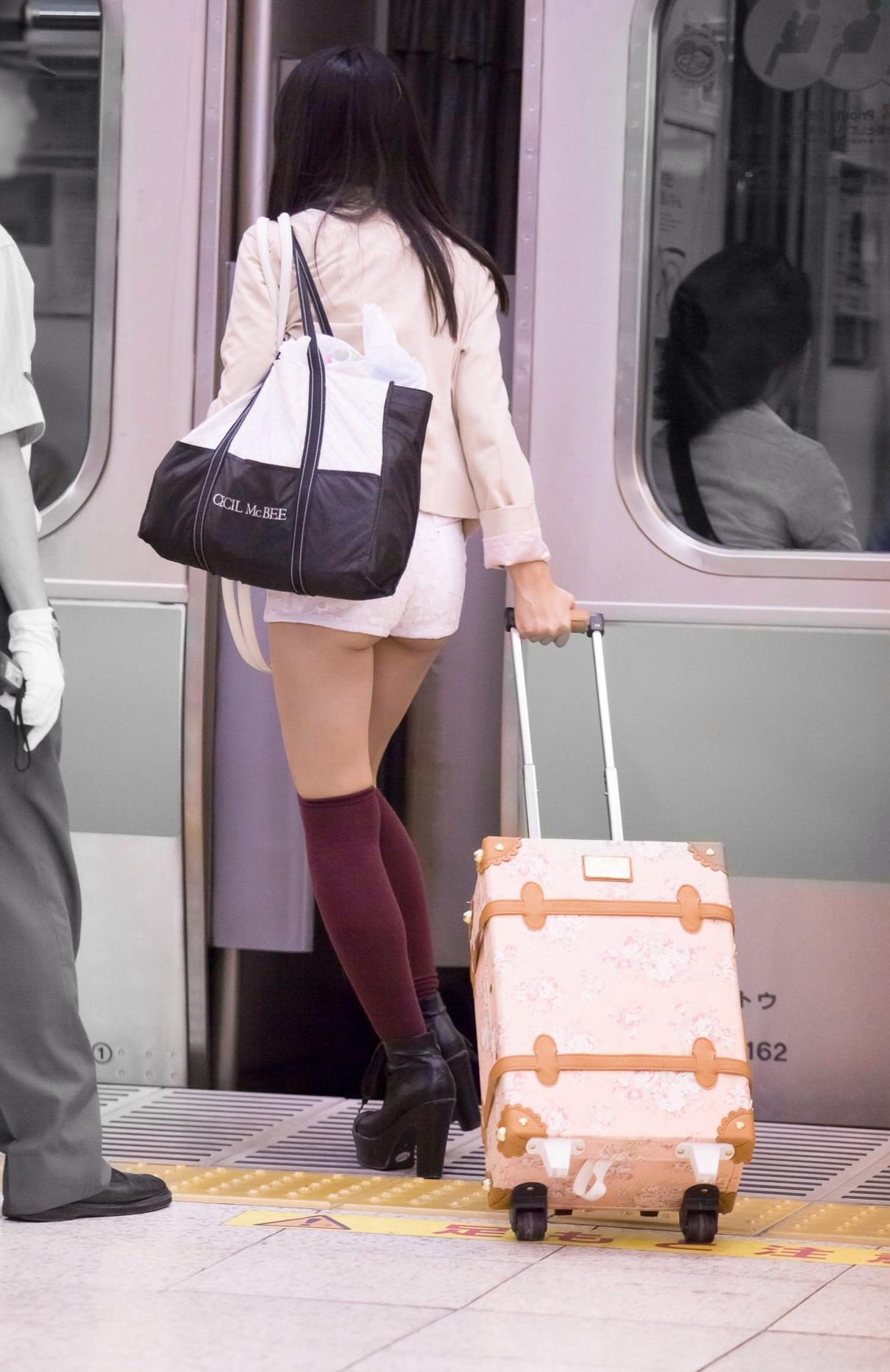 【尻チラエロ画像】裾から隠しきれない肉がwホットパンツ女子のワガママなハミ尻www 24