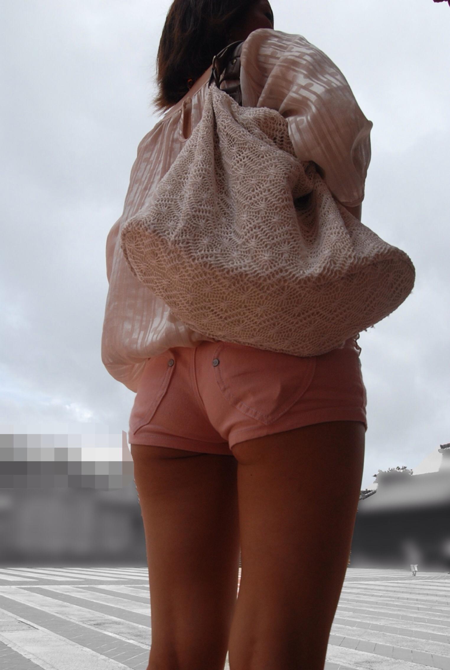 【尻チラエロ画像】裾から隠しきれない肉がwホットパンツ女子のワガママなハミ尻www 25