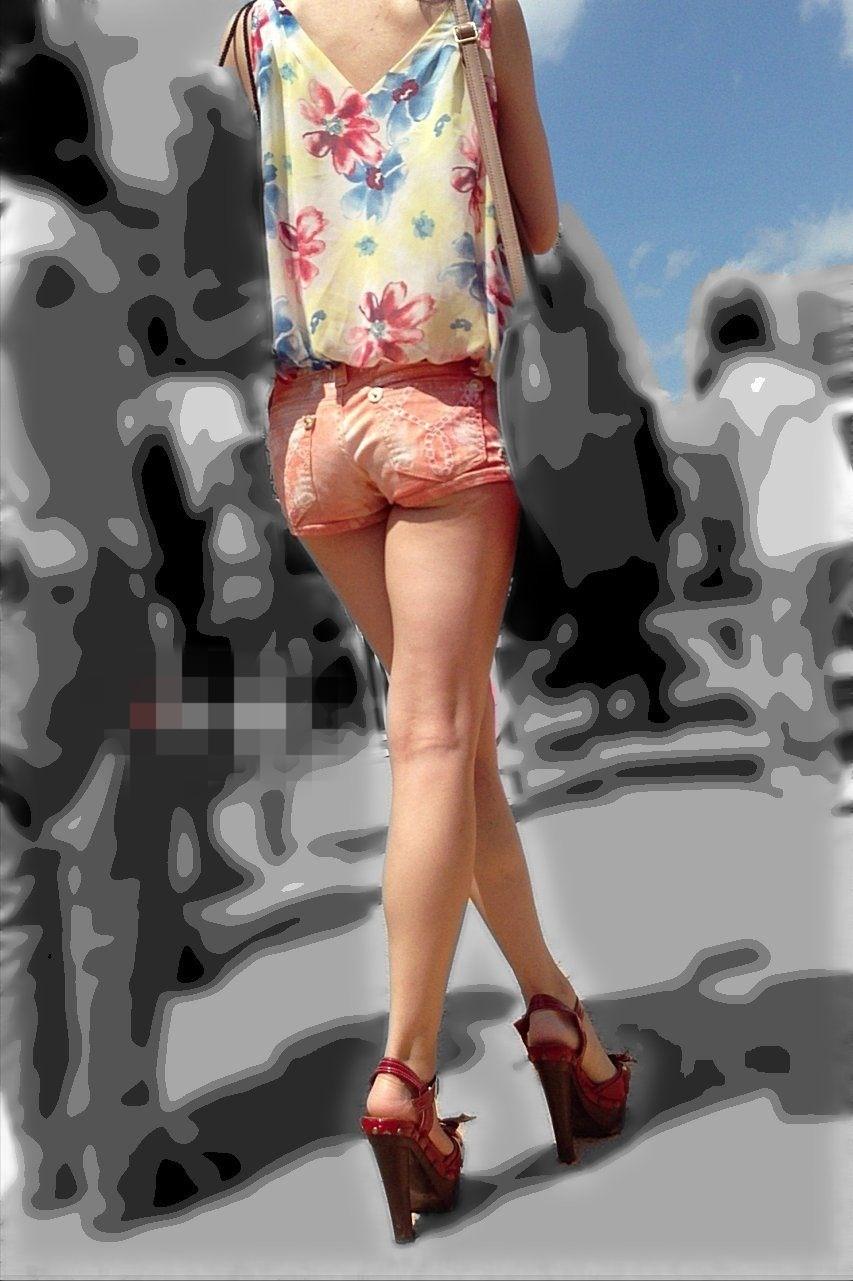【尻チラエロ画像】裾から隠しきれない肉がwホットパンツ女子のワガママなハミ尻www 28