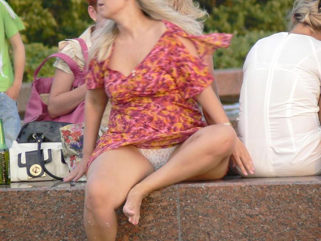 【海外エロ画像】これが日常wパンチラとともにあるブロンド素人の休日www 03