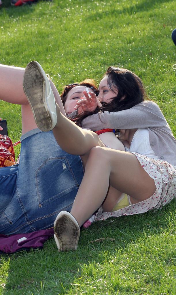 【海外エロ画像】これが日常wパンチラとともにあるブロンド素人の休日www 30