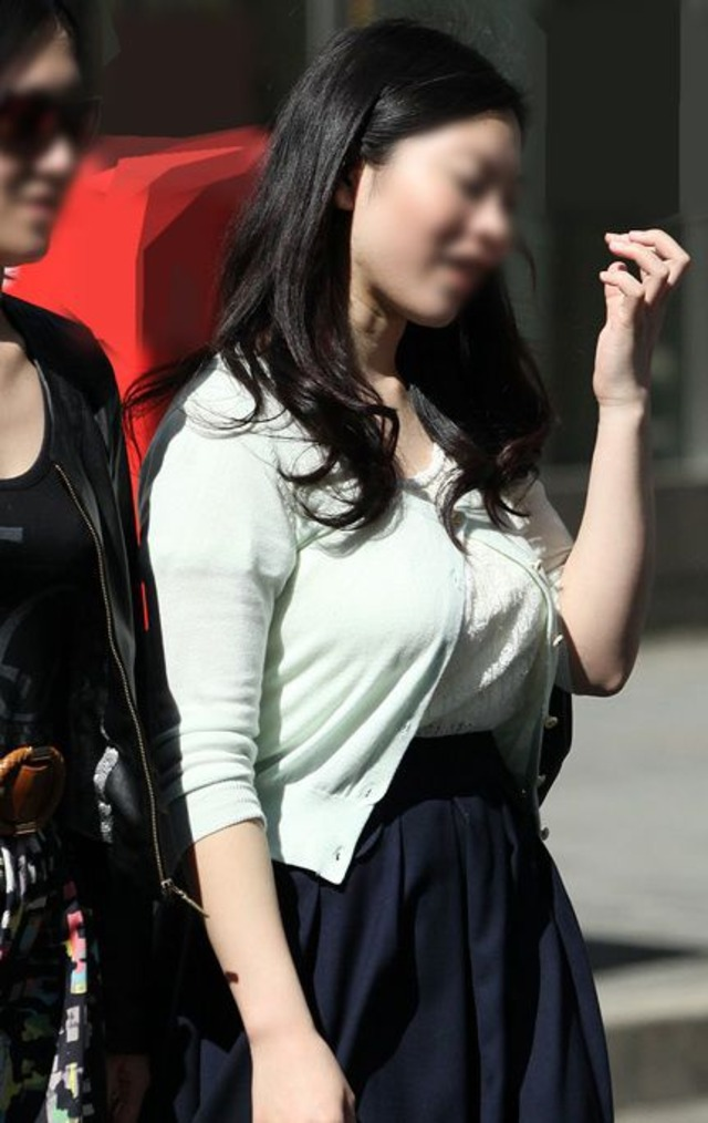 【巨乳エロ画像】隠せるのに敢えて強調w近頃の着衣巨乳さんは前衛的www 24