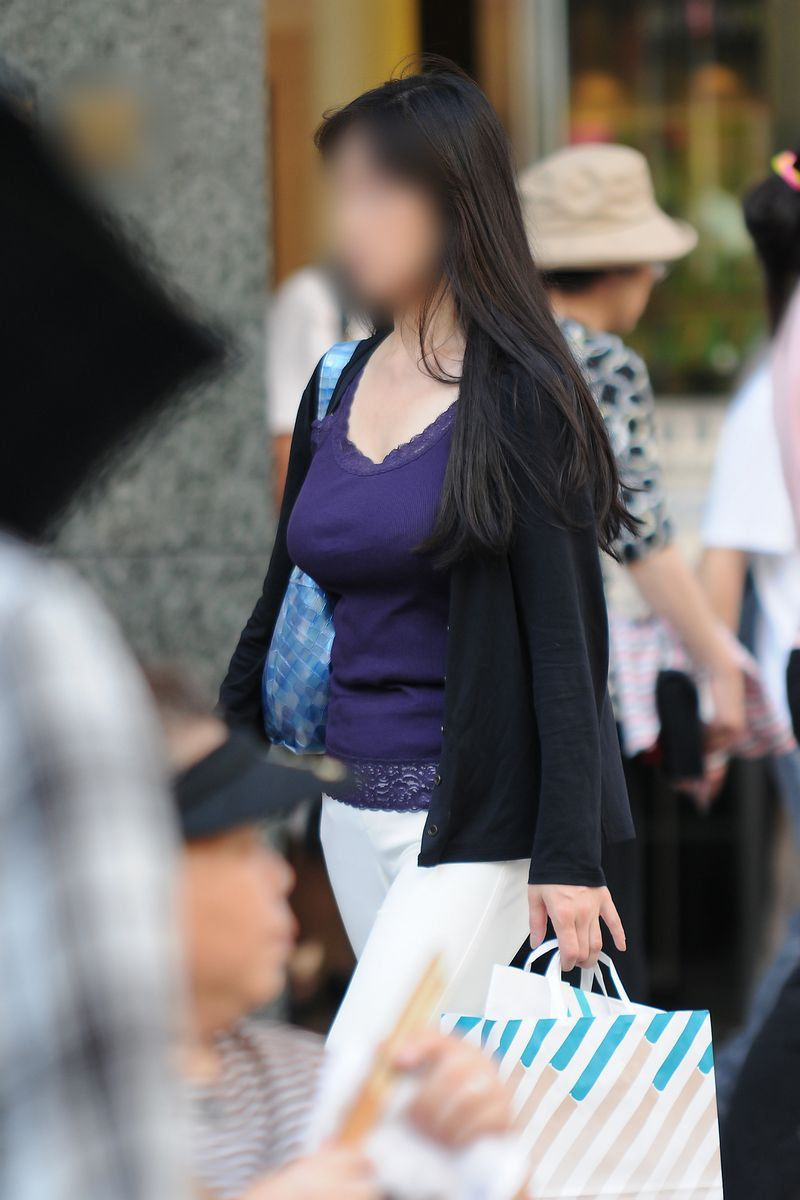 【巨乳エロ画像】隠せるのに敢えて強調w近頃の着衣巨乳さんは前衛的www 27