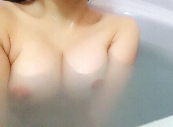 【自撮りエロ画像】寂しい深夜に嬉しい美乳写メくれる女神様マジ天使www 24