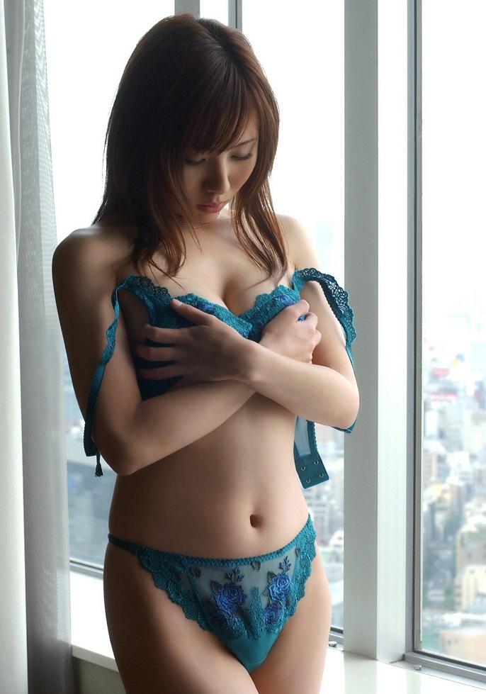 【脱衣エロ画像】乳首見えるまであと何秒!?凄く焦らされる女子のブラ脱ぎwww 16