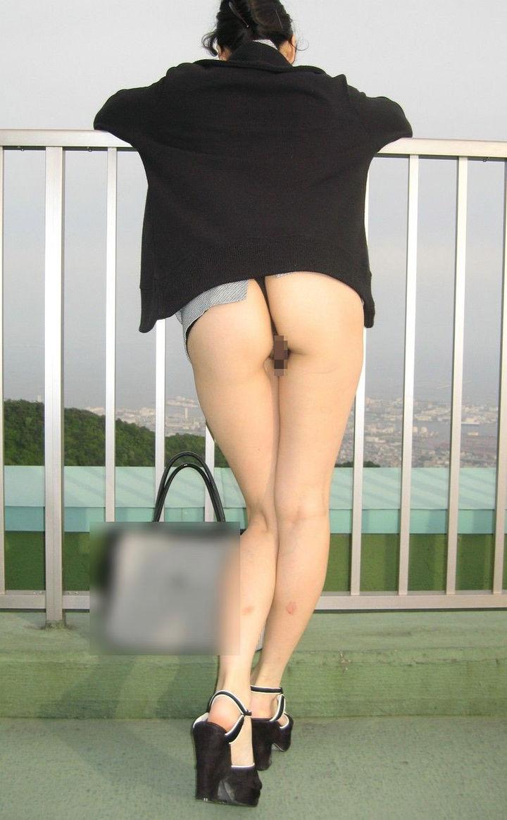 【露出エロ画像】余裕そうだと少しイラッw恥ずかしい変態さんの大胆露出www 27