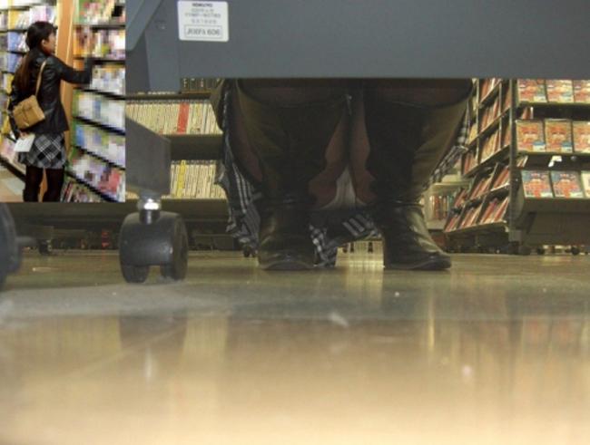 【パンチラエロ画像】クリスマスでもミニスカ客はきっと…店内棚下パンチラwww 12