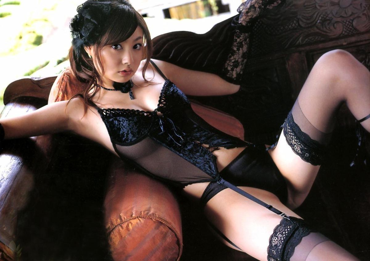 【下着エロ画像】キツいと胸が飛び出しちゃう…細く魅せたビスチェ淑女www 01