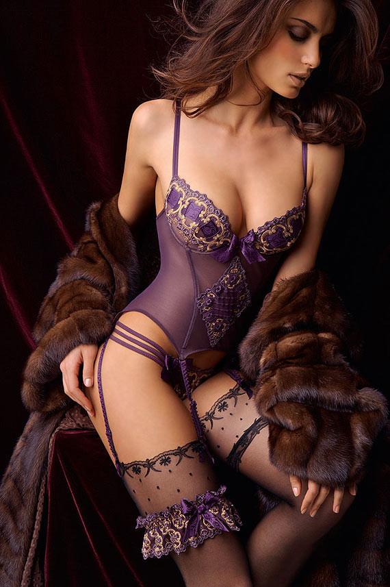 【下着エロ画像】キツいと胸が飛び出しちゃう…細く魅せたビスチェ淑女www 21