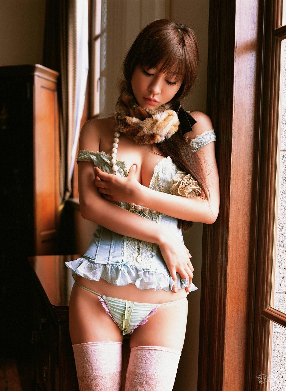 【下着エロ画像】キツいと胸が飛び出しちゃう…細く魅せたビスチェ淑女www 24