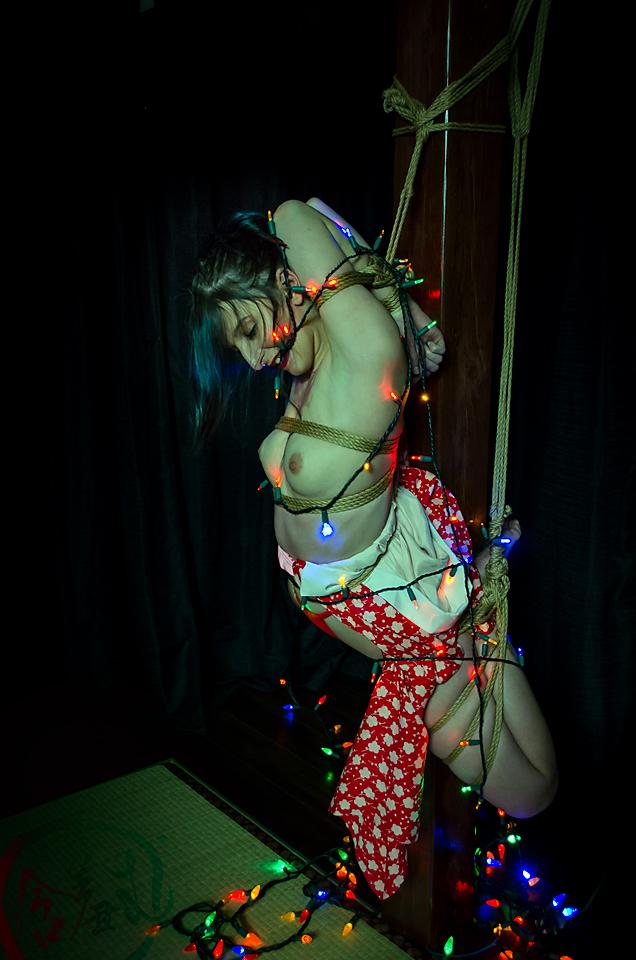 【SMエロ画像】バランス保った上でのプレイw真似しちゃいけない宙吊り緊縛M女www 01