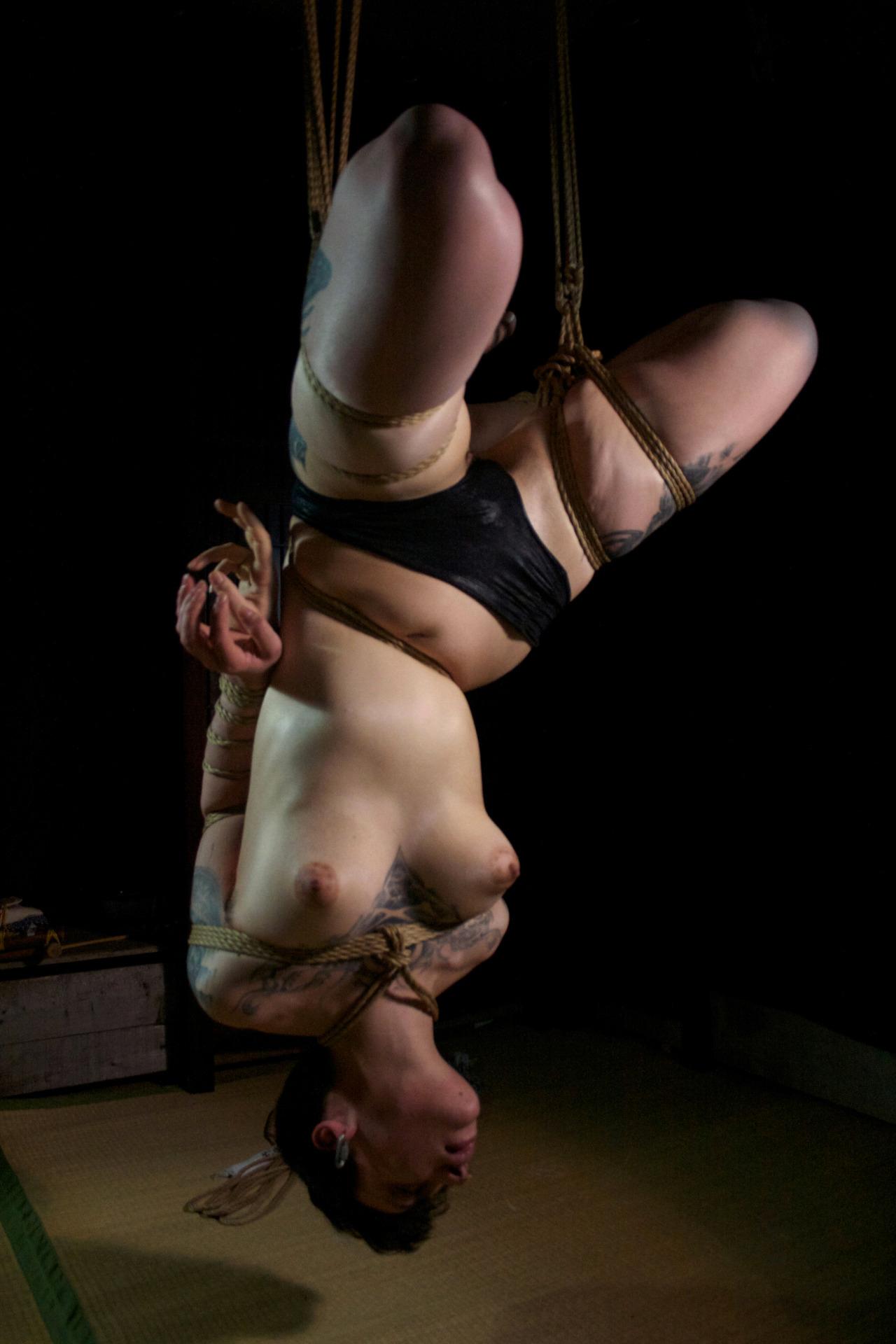 【SMエロ画像】バランス保った上でのプレイw真似しちゃいけない宙吊り緊縛M女www 02