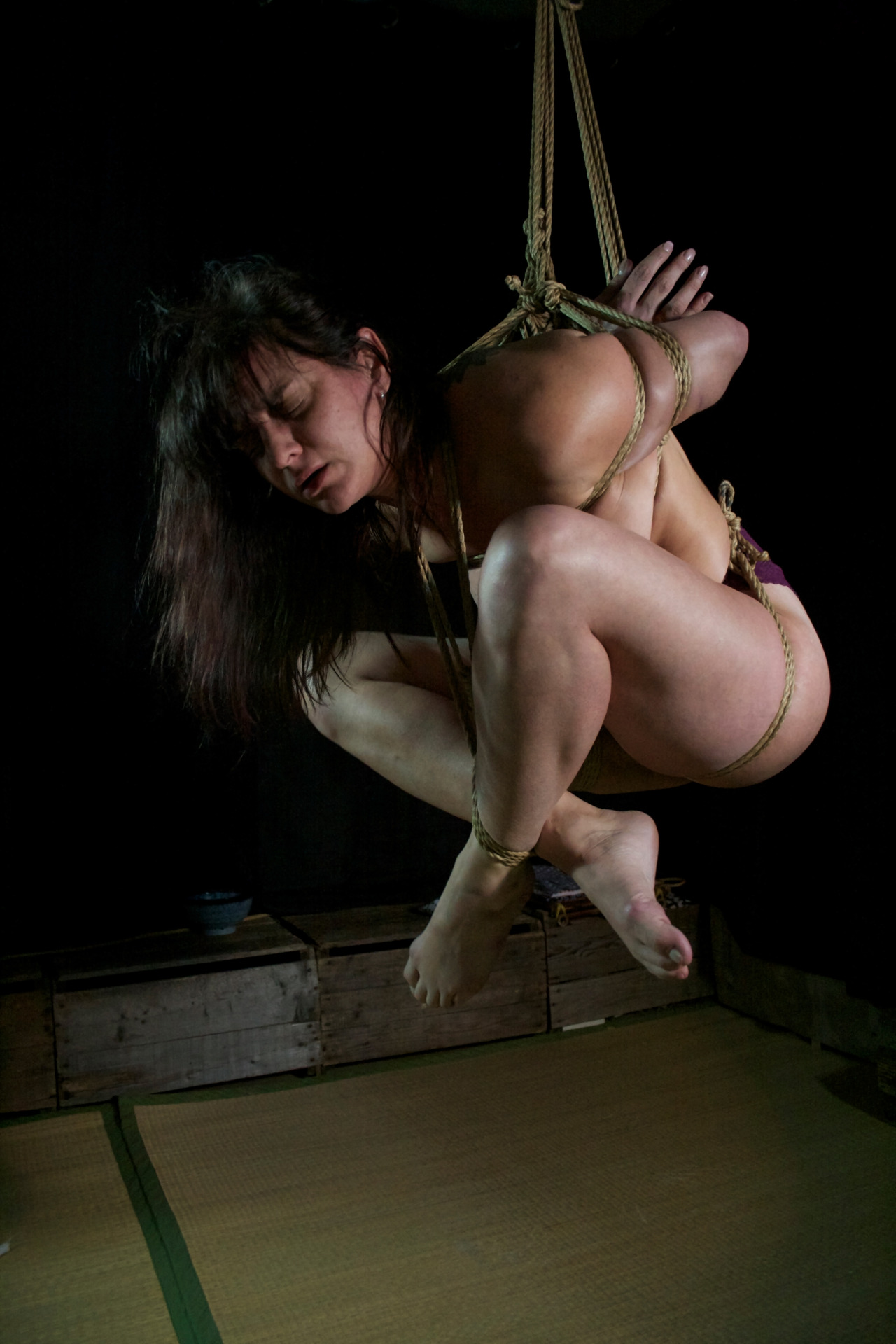 【SMエロ画像】バランス保った上でのプレイw真似しちゃいけない宙吊り緊縛M女www 05
