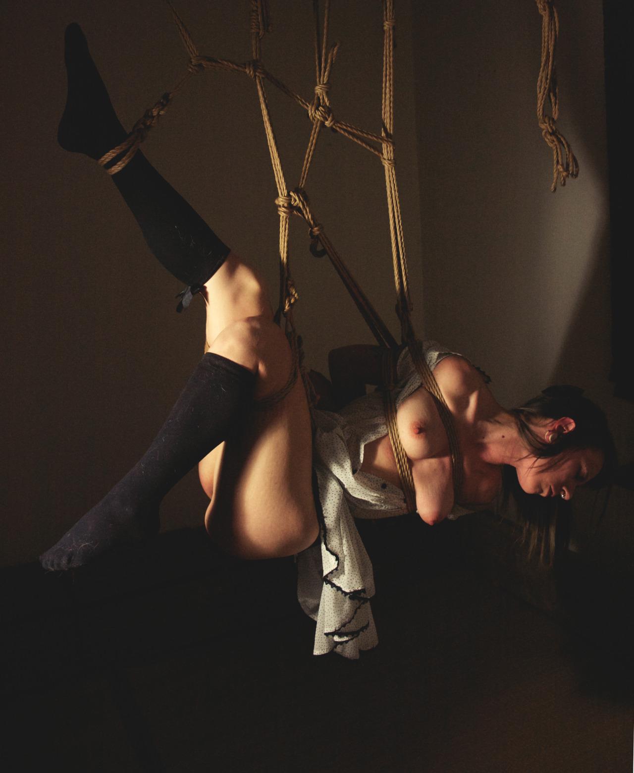 【SMエロ画像】バランス保った上でのプレイw真似しちゃいけない宙吊り緊縛M女www 10