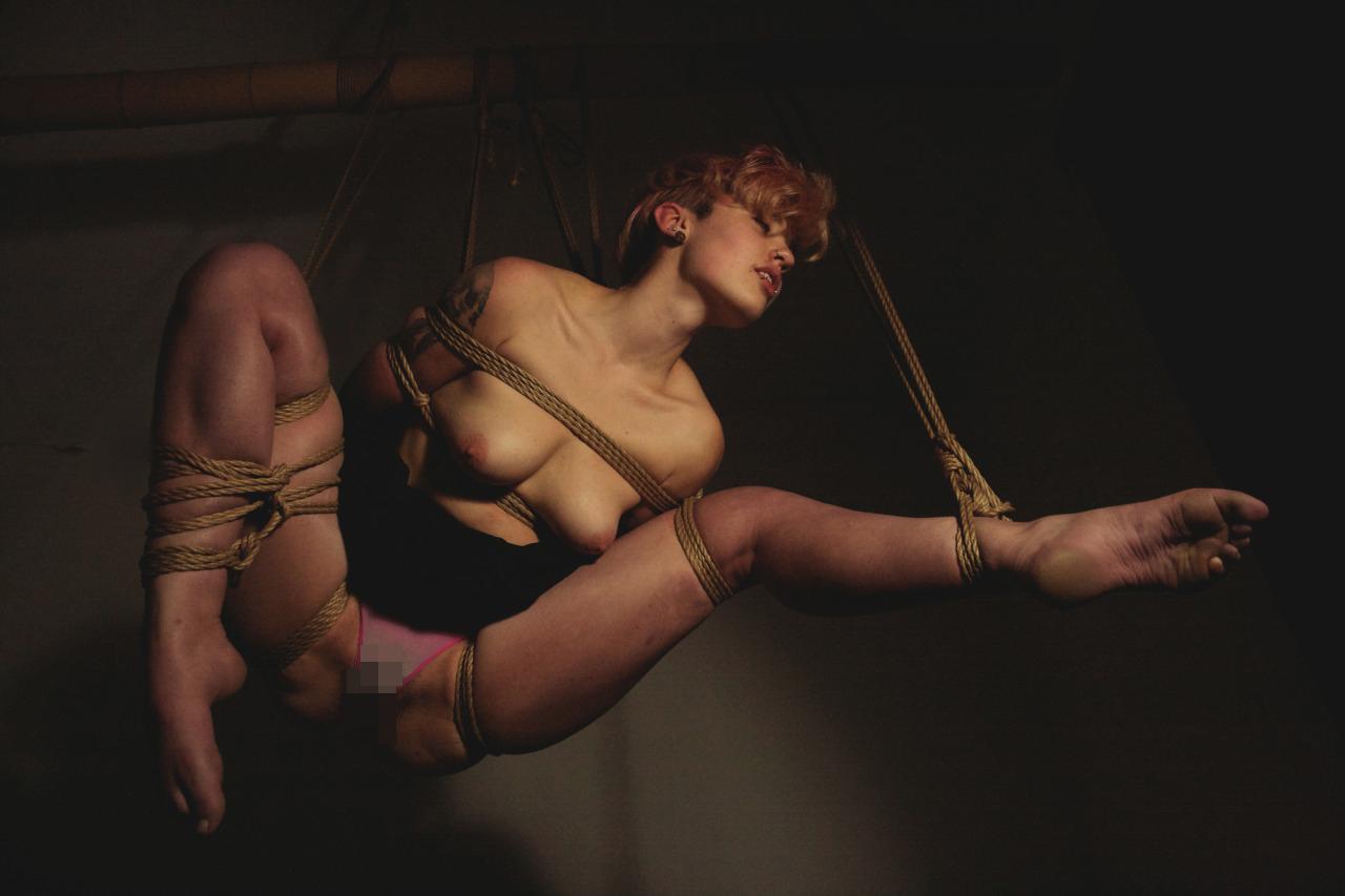 【SMエロ画像】バランス保った上でのプレイw真似しちゃいけない宙吊り緊縛M女www 12