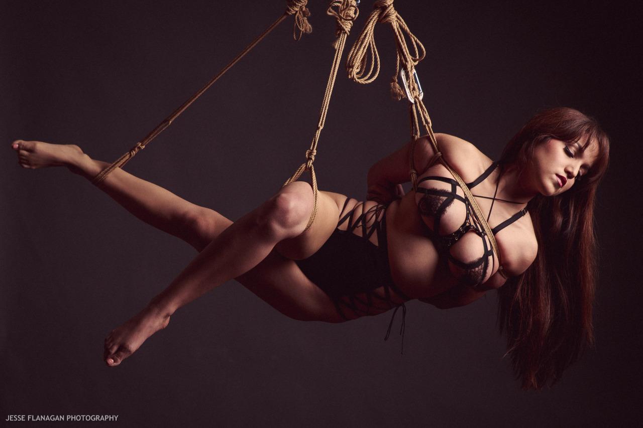 【SMエロ画像】バランス保った上でのプレイw真似しちゃいけない宙吊り緊縛M女www 21