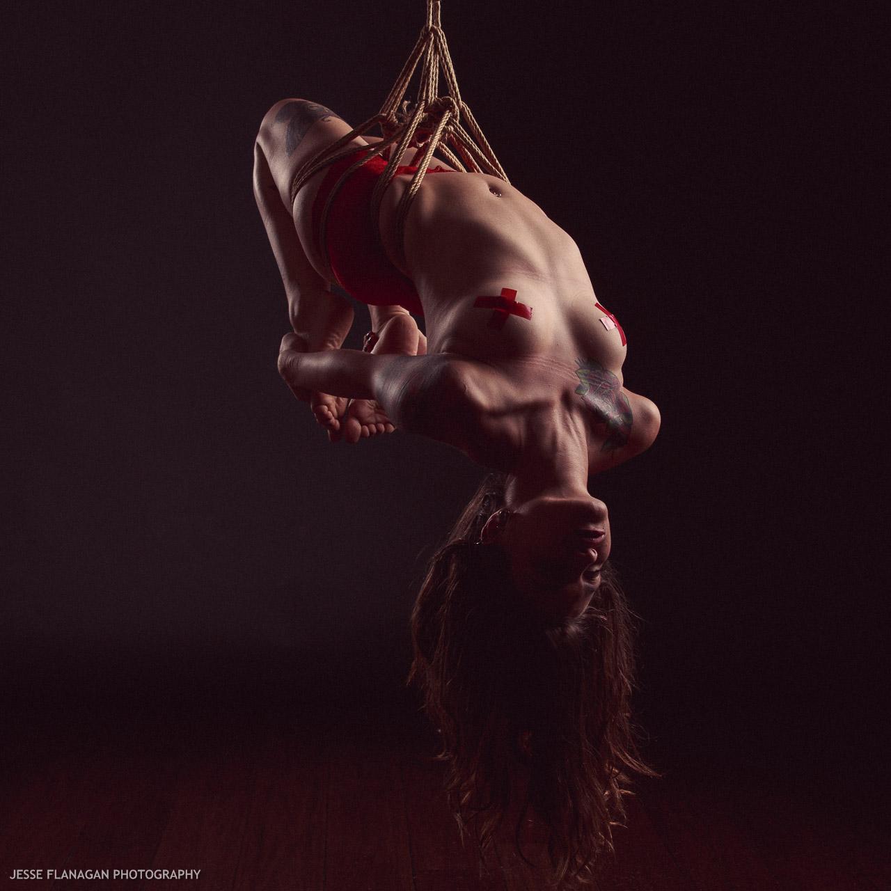 【SMエロ画像】バランス保った上でのプレイw真似しちゃいけない宙吊り緊縛M女www 23