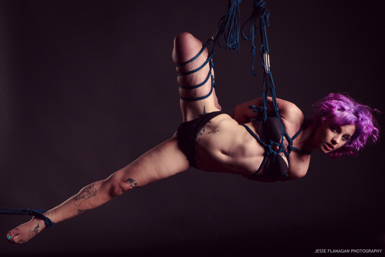 【SMエロ画像】バランス保った上でのプレイw真似しちゃいけない宙吊り緊縛M女www 26