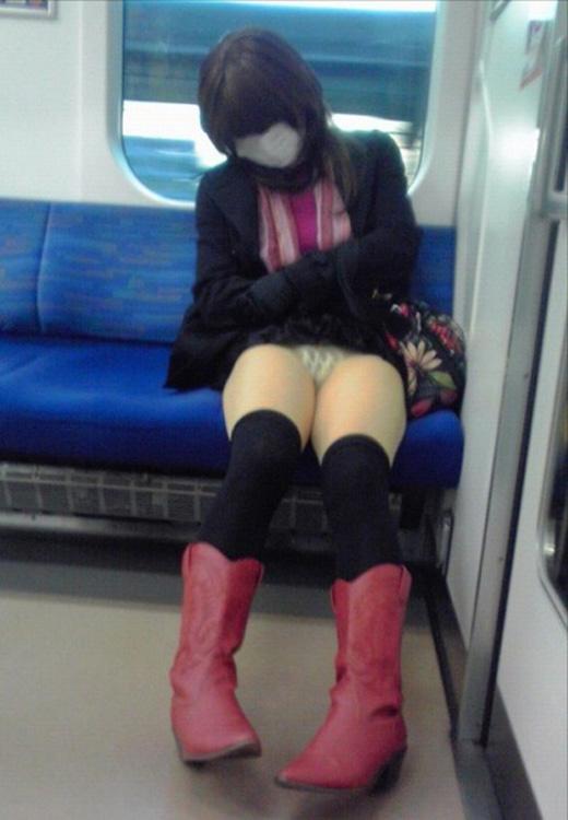 【パンチラ エロ画像】電車でモロパン気味にパンツ見えてる素人さんwww