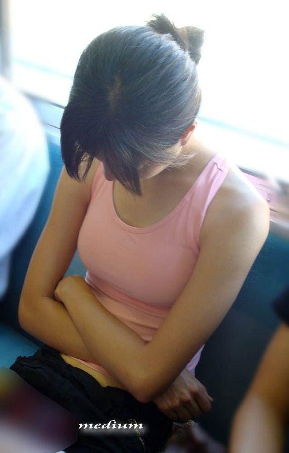 【着エロ画像】(GIF有)巨乳さんが着ればハミ出しが強烈に!タンクトップが似合うおっぱいwww 04