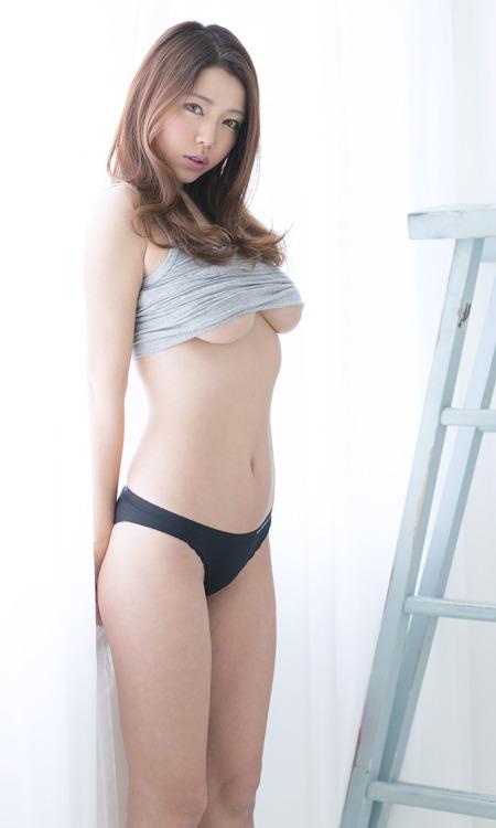 【着エロ画像】(GIF有)巨乳さんが着ればハミ出しが強烈に!タンクトップが似合うおっぱいwww 14