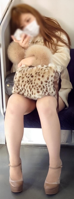 【美脚エロ画像】新年の始発からでも堪能可w電車内でムッチリ美脚探しwww 03
