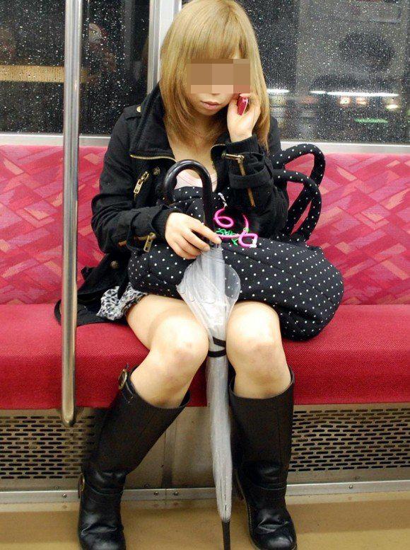【美脚エロ画像】新年の始発からでも堪能可w電車内でムッチリ美脚探しwww 07