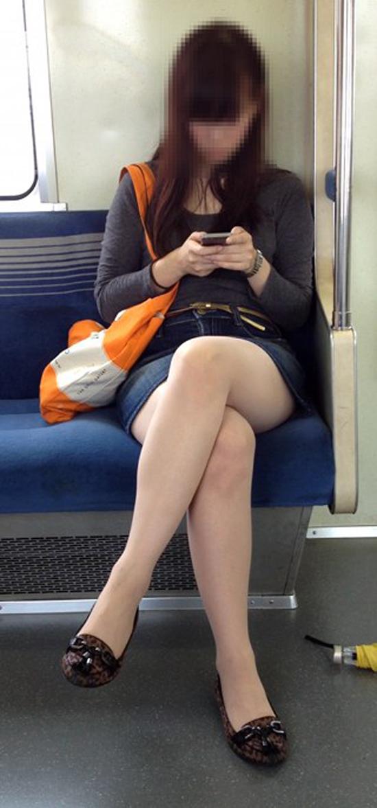 【美脚エロ画像】新年の始発からでも堪能可w電車内でムッチリ美脚探しwww 08