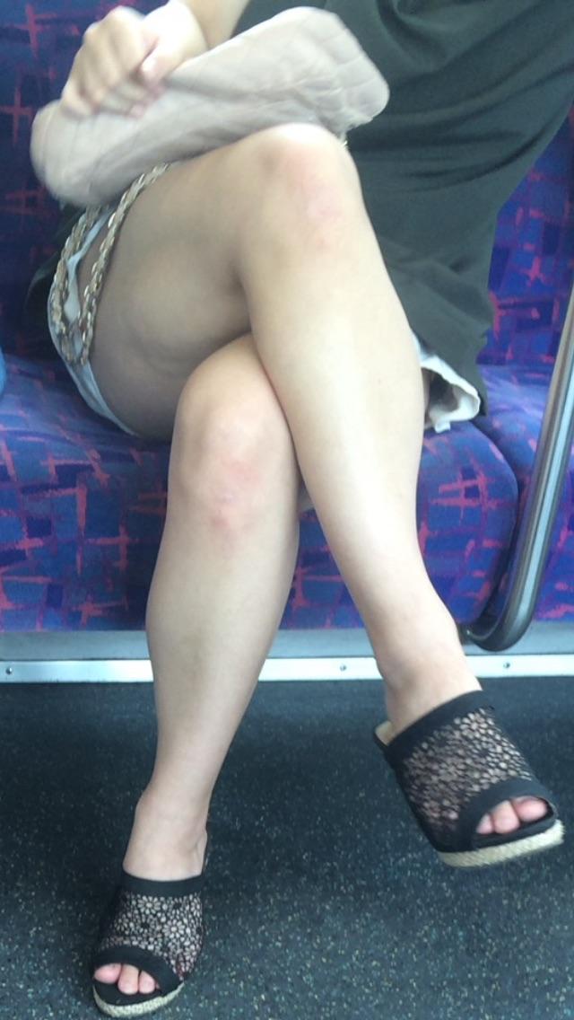 【美脚エロ画像】新年の始発からでも堪能可w電車内でムッチリ美脚探しwww 09