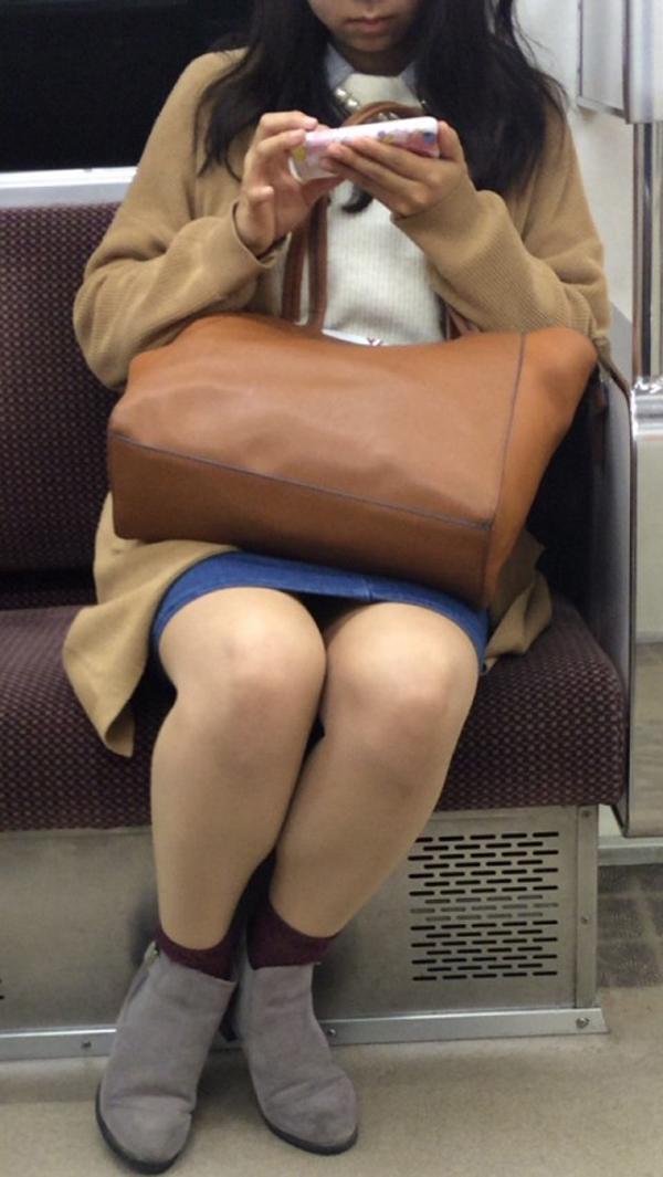 【美脚エロ画像】新年の始発からでも堪能可w電車内でムッチリ美脚探しwww 10