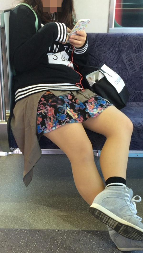 【美脚エロ画像】新年の始発からでも堪能可w電車内でムッチリ美脚探しwww 12