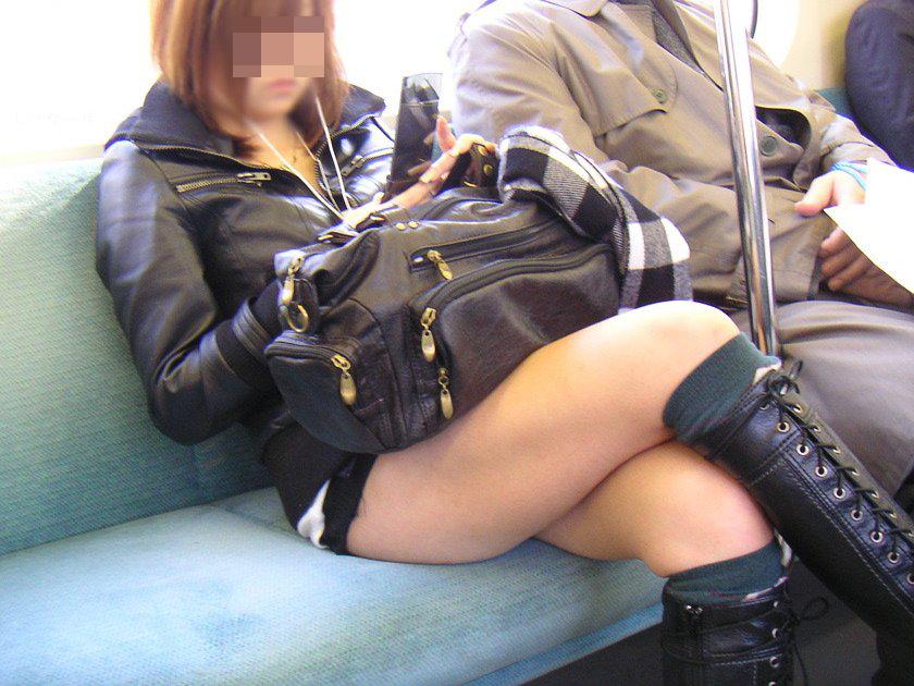 【美脚エロ画像】新年の始発からでも堪能可w電車内でムッチリ美脚探しwww 26