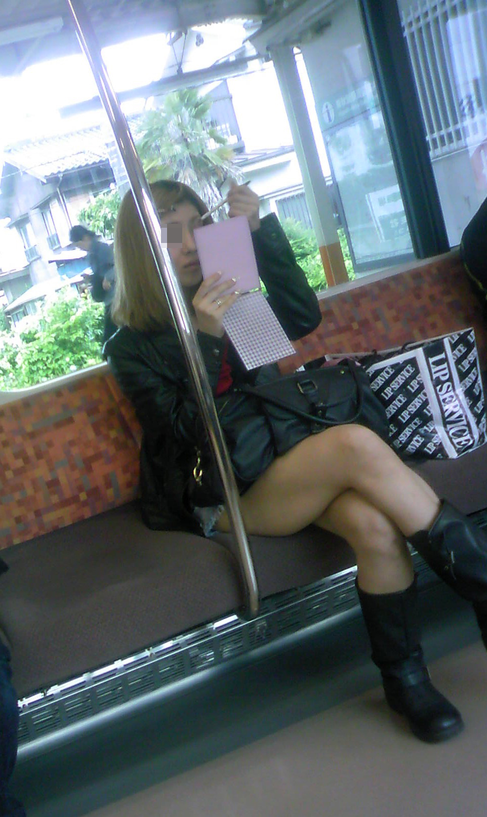 【美脚エロ画像】新年の始発からでも堪能可w電車内でムッチリ美脚探しwww 27