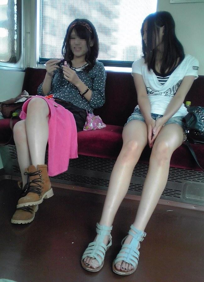 【美脚エロ画像】新年の始発からでも堪能可w電車内でムッチリ美脚探しwww 28
