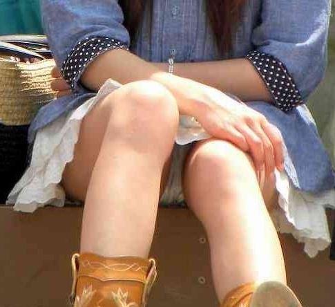 【パンチラ画像】その奥には貴重な…座ると出し惜しみのないミニスカパンチラwww 06