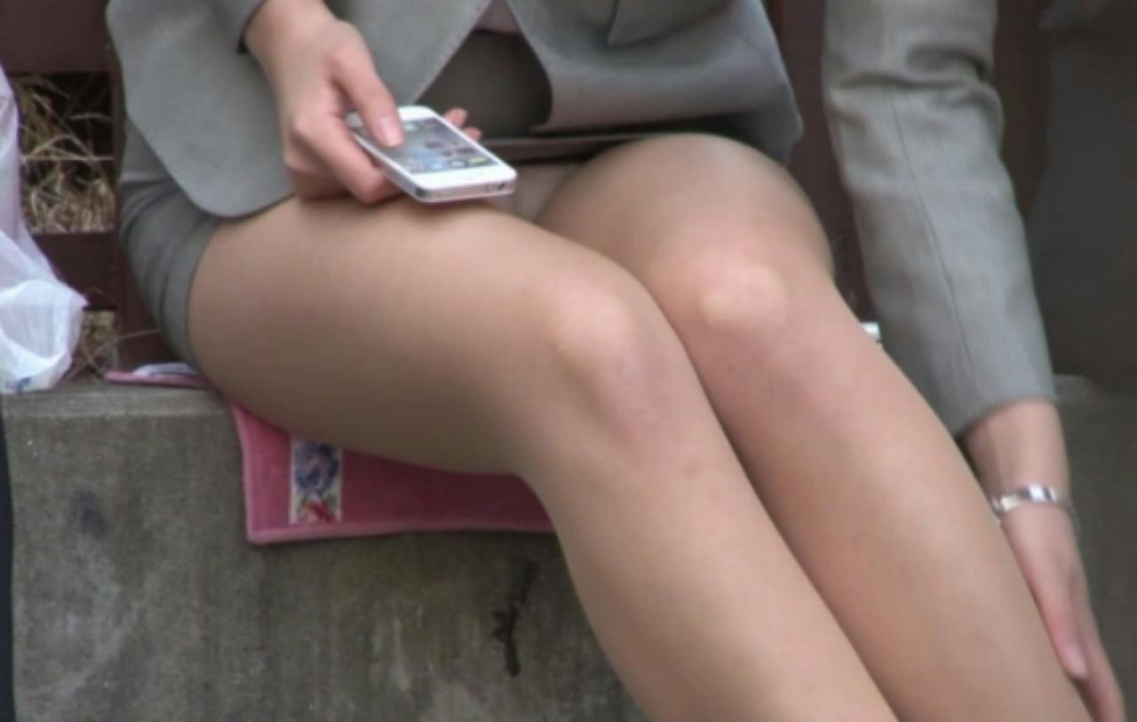 【パンチラ画像】その奥には貴重な…座ると出し惜しみのないミニスカパンチラwww 09