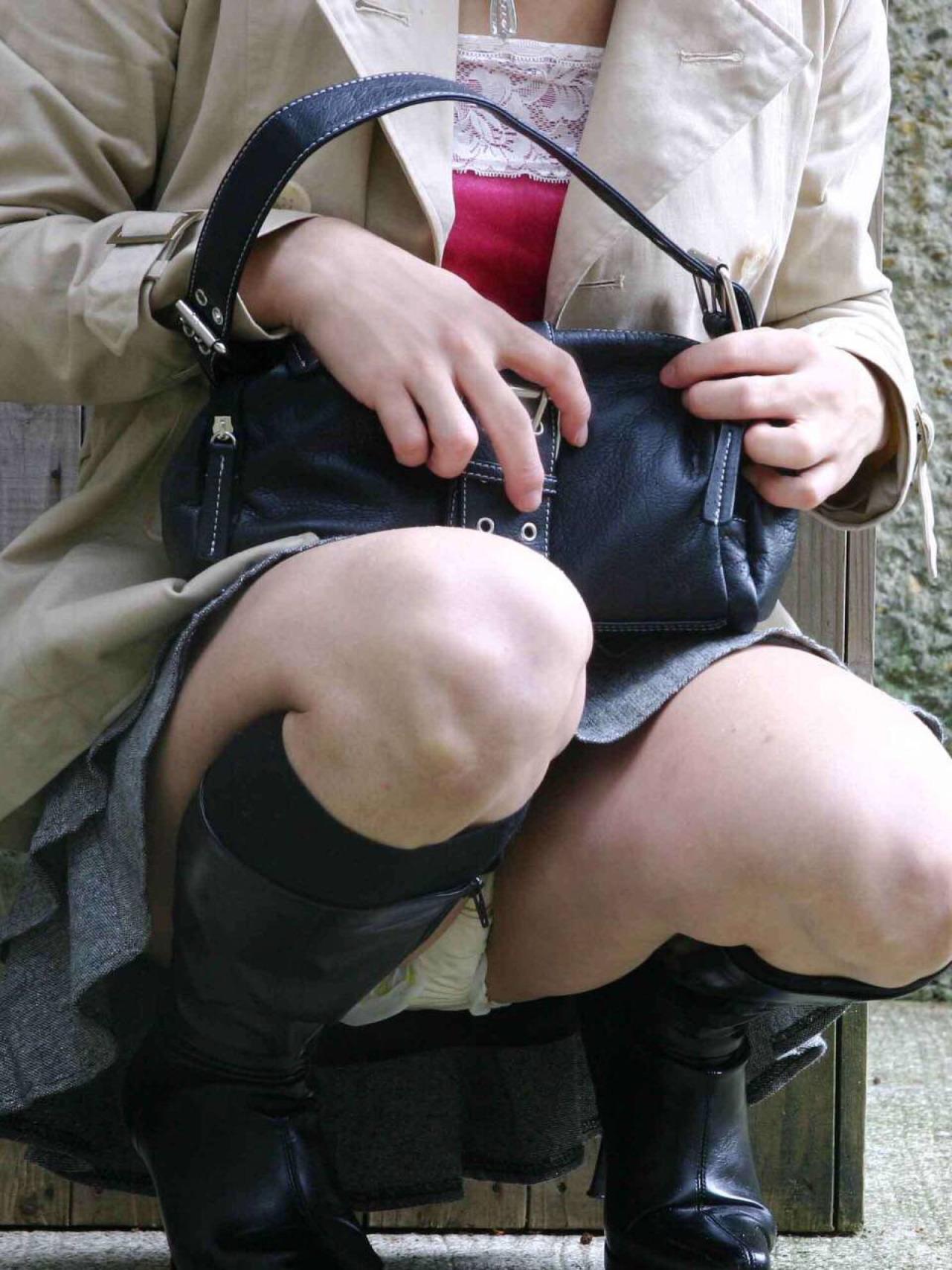 【パンチラ画像】その奥には貴重な…座ると出し惜しみのないミニスカパンチラwww 24
