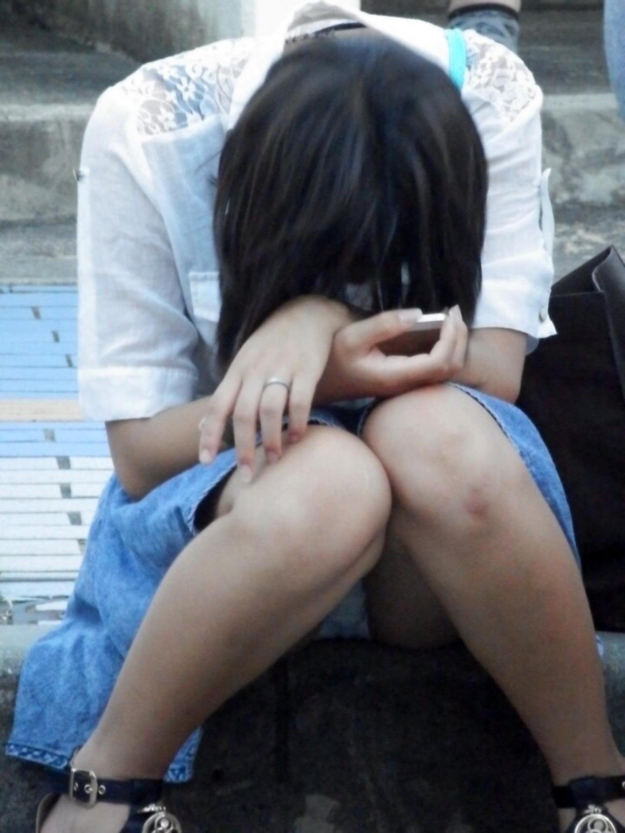【パンチラ画像】その奥には貴重な…座ると出し惜しみのないミニスカパンチラwww 25