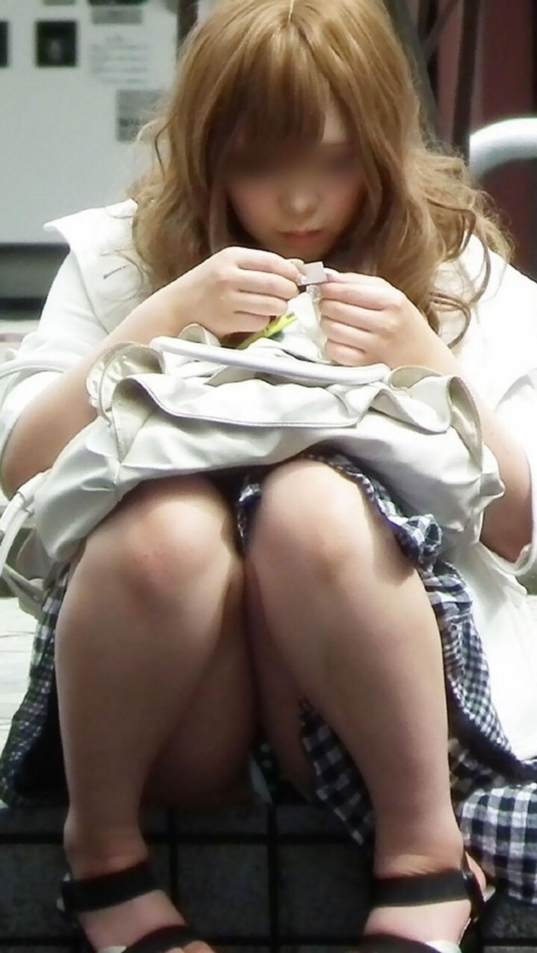 【パンチラ画像】その奥には貴重な…座ると出し惜しみのないミニスカパンチラwww 26