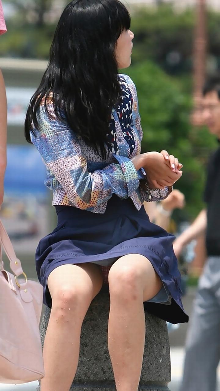 【パンチラ画像】その奥には貴重な…座ると出し惜しみのないミニスカパンチラwww 28