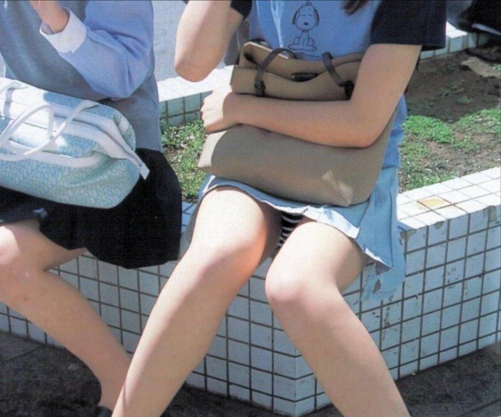 【パンチラ画像】その奥には貴重な…座ると出し惜しみのないミニスカパンチラwww 29