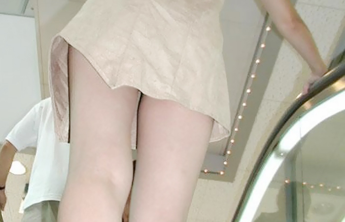 【ミニスカエロ画像】くっそもう少し…中身を勝ち取りたいチラリズムの誘惑www 001