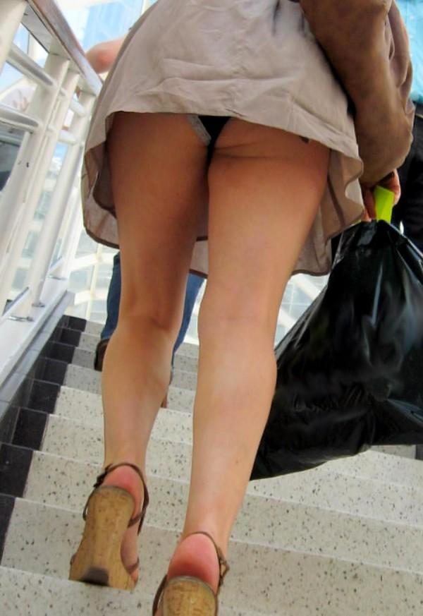 階段やエスカレーターで目の前にミニスカ女がいる光景