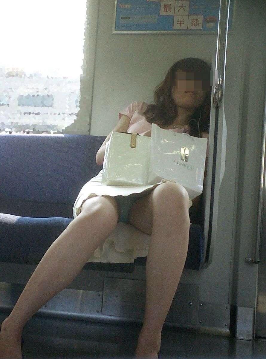 【パンチラエロ画像】対面で寝たフリが定石w電車内のパンチラ女を密かに観察www 04