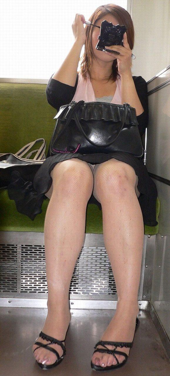 【パンチラエロ画像】対面で寝たフリが定石w電車内のパンチラ女を密かに観察www 05