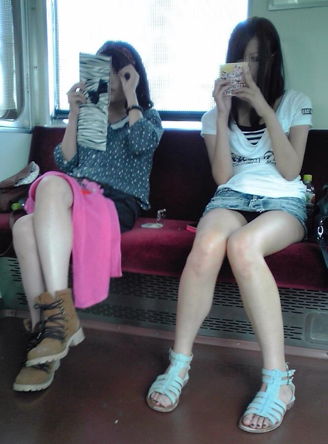 【パンチラエロ画像】対面で寝たフリが定石w電車内のパンチラ女を密かに観察www 08