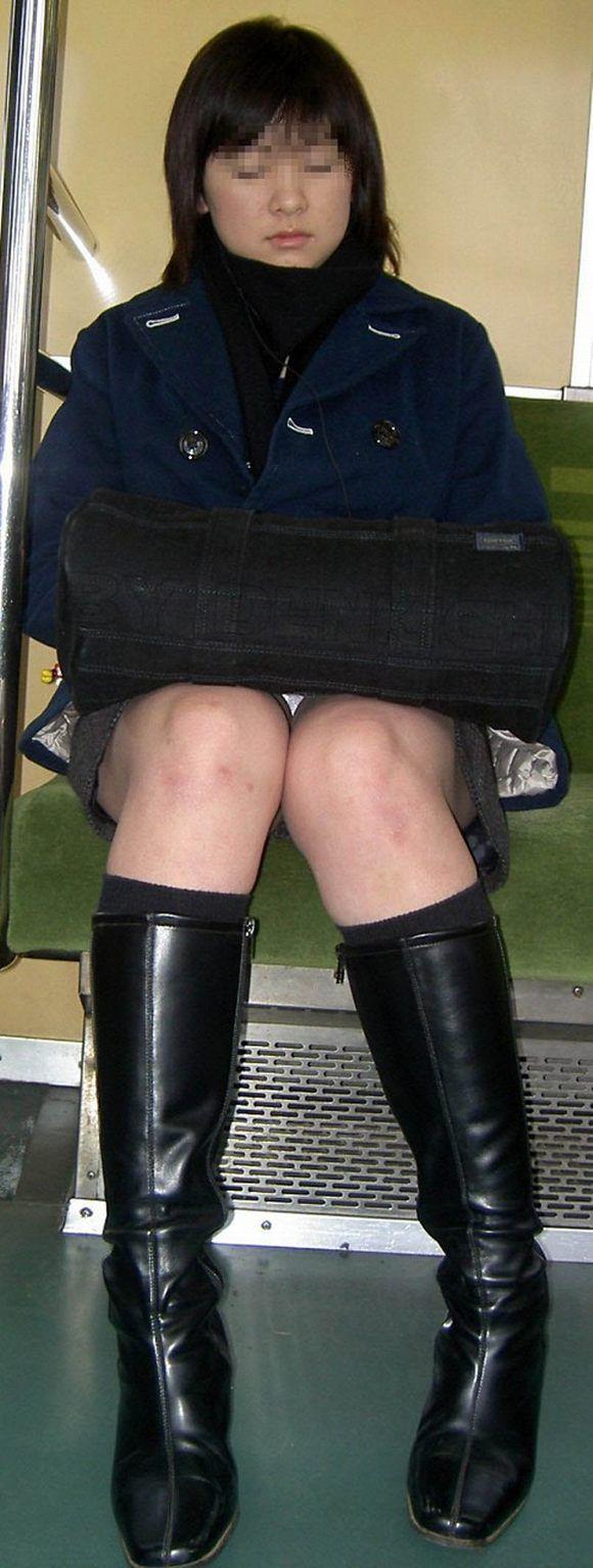 【パンチラエロ画像】対面で寝たフリが定石w電車内のパンチラ女を密かに観察www 14