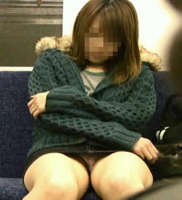 【パンチラエロ画像】対面で寝たフリが定石w電車内のパンチラ女を密かに観察www 15