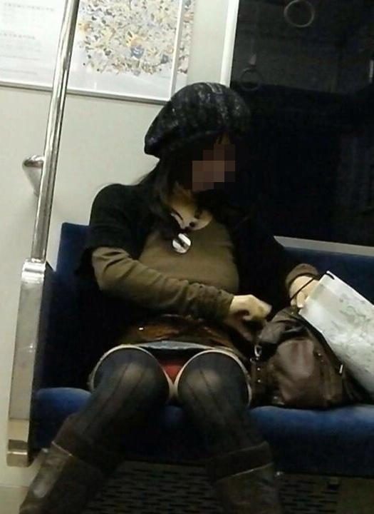 【パンチラエロ画像】対面で寝たフリが定石w電車内のパンチラ女を密かに観察www 16
