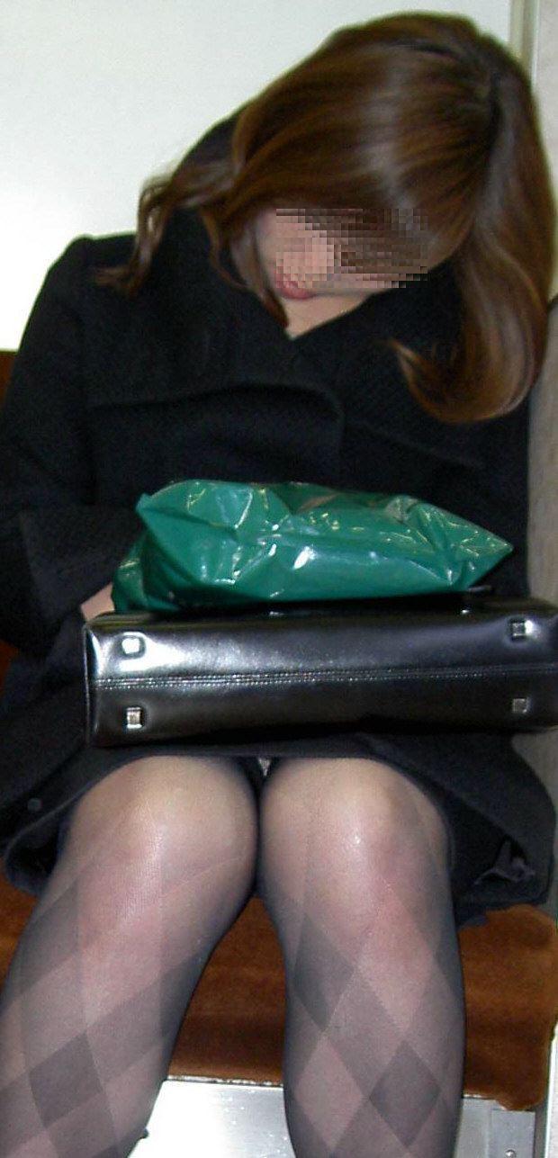【パンチラエロ画像】対面で寝たフリが定石w電車内のパンチラ女を密かに観察www 18